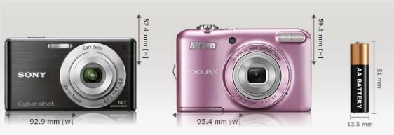 Perbandingan kamera dengan batery non AA (Kiri, Sony  W530) jauh lebih ringkas dari kamera dengan batery AA (kanan, Nikon L28)