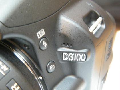 microphone pada bagian depan, berfungsi untuk merekam suara saat mode video
